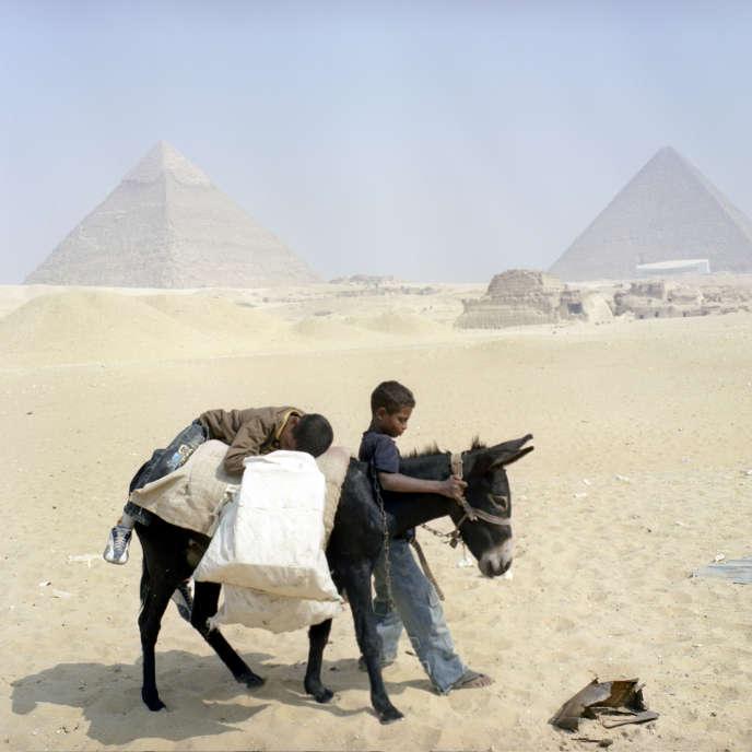 Sur le plateau de Gizeh, les pyramides de Khéops et de Képhren.
