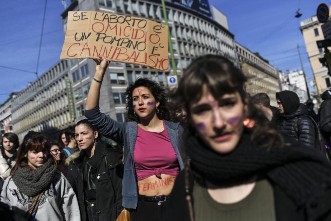 Lors de lajournée internationale des droits des femmes, le 8 mars à Milan. Sur la pancarte :« Si l'avortement est un homicide, la fellation est du cannibalisme».