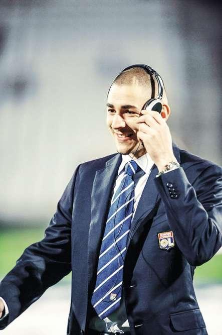 Admirez ce sourire et cette insouciance. Karim Benzema, 20ans, est l'enfant chéri, la star de l'Olympique lyonnais. Il marque but sur but, collectionne les trophées, est convoité par les plus grands clubs d'Europe, et tout semble glisser sur ses épaules. Sauf ce blazer, taillé dans une vulgaire laine super120, rappelant que le foot est aussi un business. Et que, à bien des égards, Benzema est déjà un cadre supérieur dans son entreprise.
