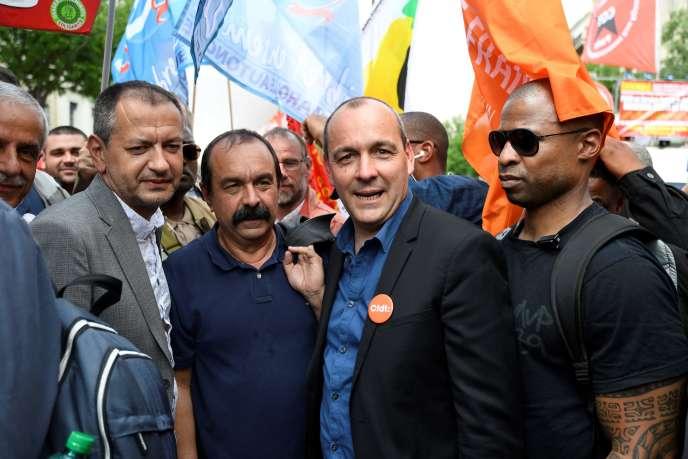 Pascal Pavageau (FO), Philippe Martinez (CGT) et Laurent Berger (CFDT) manifestent contre la politique d'Emmanuel Macron, à Paris le 22 mai.