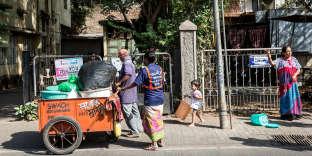 Shalini et Sunil Sarnaik, chiffonniers de la coopérative SWaCH, collectent les déchets dans un quartier pauvre à Pune, le 7 mai.