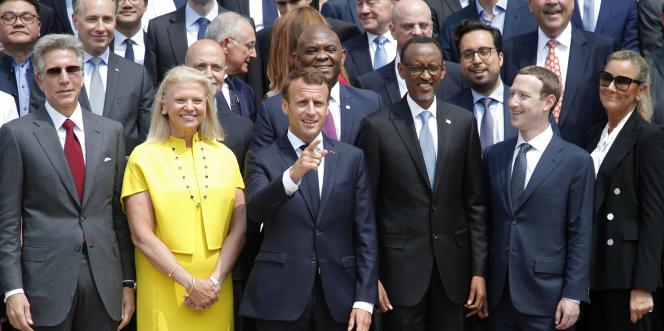 M.Macron au côté de la présidente d'IBM Ginni Rometty, du président rwandaisPaul Kagame et du fondateur de Facebook Mark Zuckerberg (à dr.).