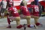 Des joueurs, un genou à terre, avant un match de football américain, le6novembre2016, aux Etats-Unis.