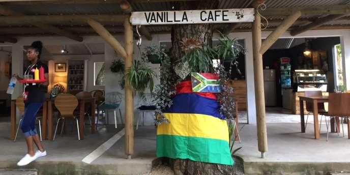 Drapeaux mauricien et sud-africain au Vanilla Village, à Rivière noire, en avril 2018.