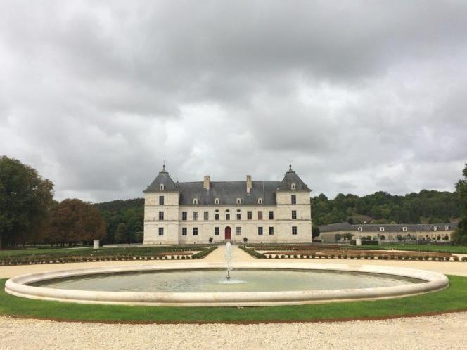 Le château vu du parterre est, avec, au premier plan, le bassin circulaire restauré et remis en eau.