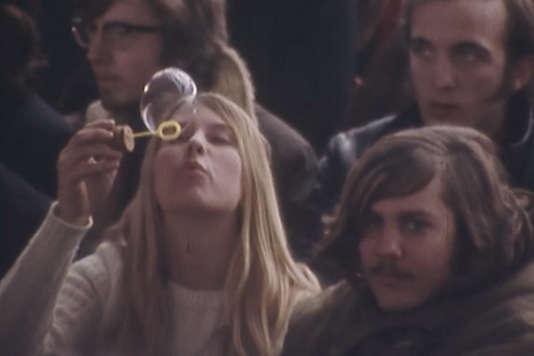 En 1968, une partie de la jeunesse française découvre une sexualité libre et multiple.