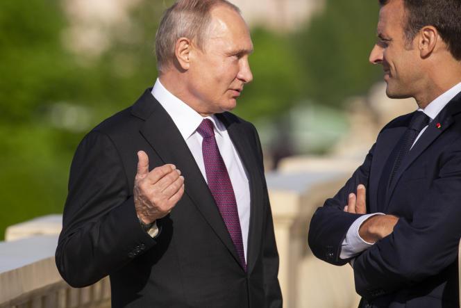 Vladimir Poutine accueille Emmanuel Macron au Palais de Constantin, près de Saint-Pétersbourg, en Russie, le 24 mai.