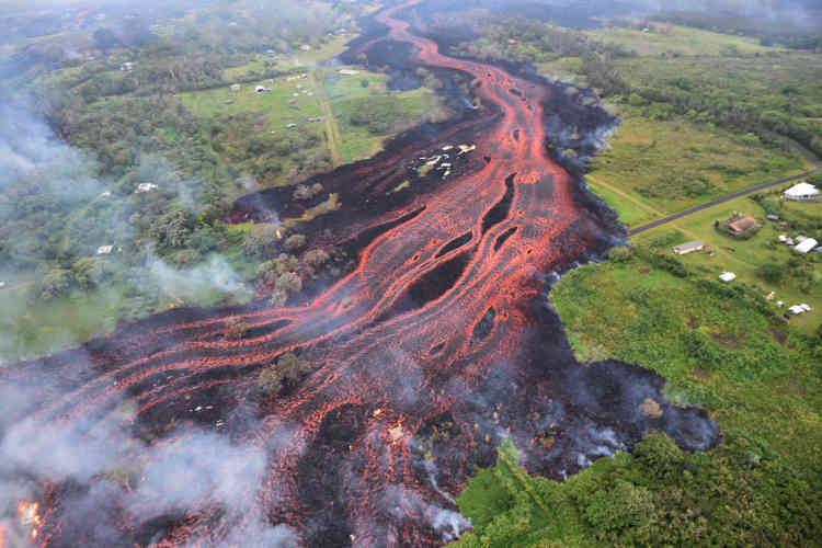 Un fleuve de lave en fusion s'écoule des fissures ouvertes sur les flancs du volcan Kilauea, près de Pahoa, le 19mai.