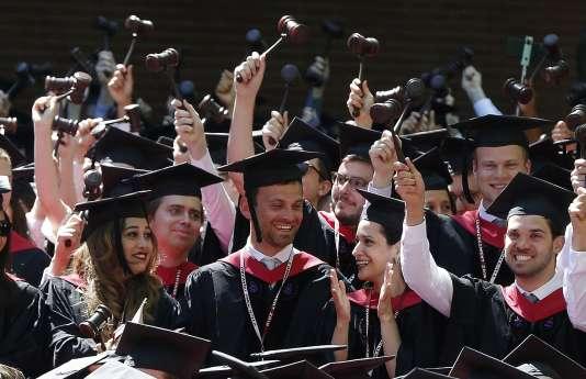 Des étudiants en droit à l'université Harvard à Cambridge, dans le Massachusetts, en mai 2018.(AP Photo/Michael Dwyer)