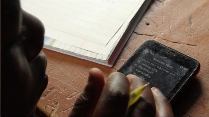 Les questions par SMS envoyées par le programme M-Shule permettent aux enfants de réviser leurs leçons de maths et d'anglais.