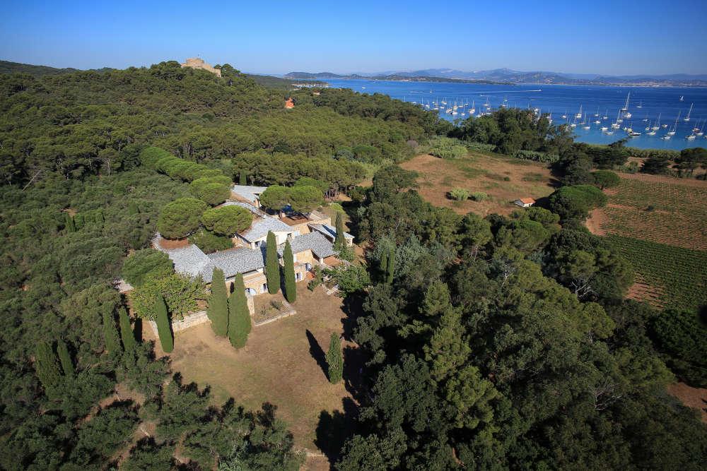 Arrivé sur l'île, le visiteur decouvre un mas provençal, fondu dans le paysage, sur un site classé en plein cœur d'un parc national.