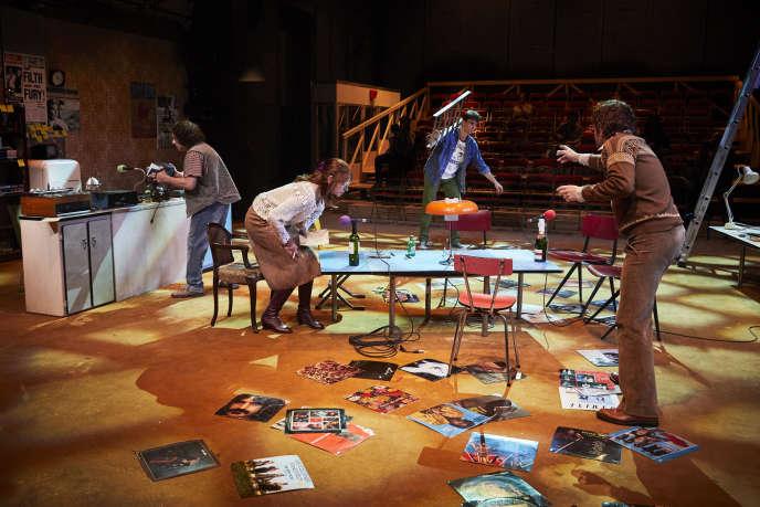 «Les Ondes magnétiques», de David Lescot plonge le public dans un studio clandestin, au Théâtre du Vieux-Colombier, à Paris.