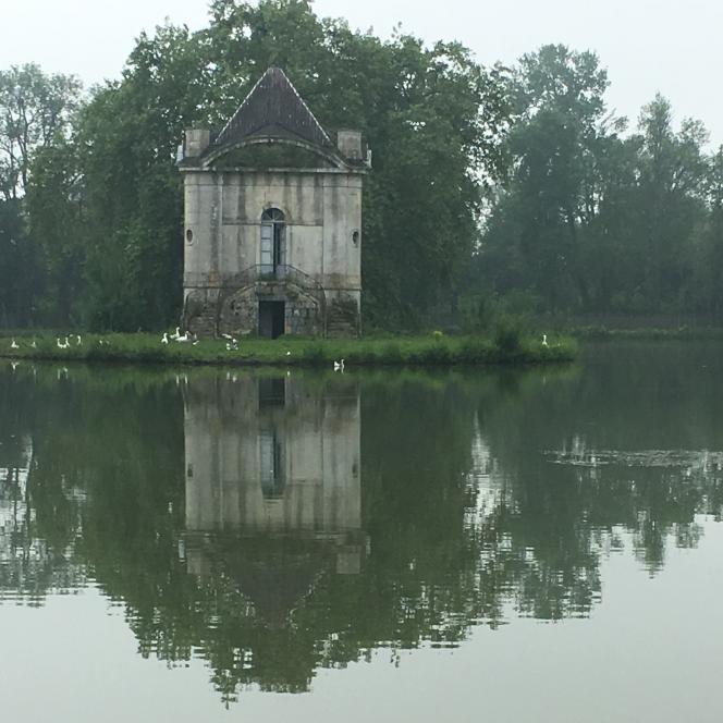 La« folie» XVIIIe, au milieu de l'étang, au charme très romantique.