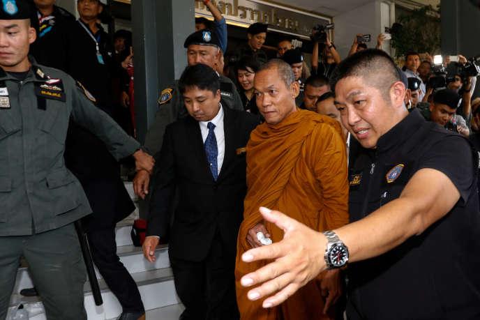 Le moine bouddhiste Phra Buddha Issara, soutien du coup d'Etat de 2014, lors de son arrestation, le 24 mai à Bangkok.