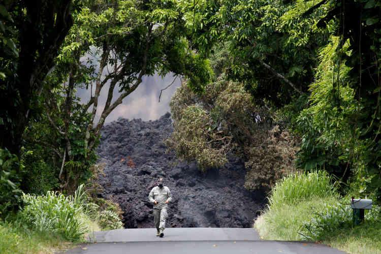 Un militaire mesure les concentration de dioxyde de soufre près d'une coulée, sur la route 137, au sud-est de Pahoa, le 20 mai.