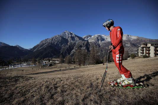Un skieur dans la station de sports d'hiver de San Sicario, dans les Alpes italiennes, le 30 décembre 2015.