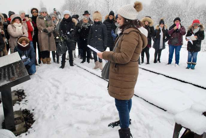 Samia Essabaa avec ses élèves, à Auschwitz II, le 4 février 2018.