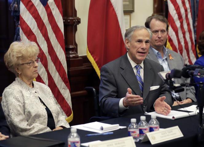 Le gouverneur républicain du Texas, Greg Abbott, au centre, à Austin, le 23 mai 2018.