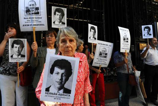 Beatriz Cantarini de Abriata, la mère de Hernan Abriata, dont le corps n'a jamais été retrouvé depuis son arrestation en 1976, lors d'une manifestation devant l'ambassade de Franceen Argentine, à Buenos Aires, en avril 2014.