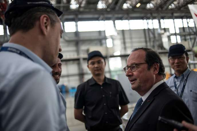 François Hollande, lors de sa visite d'une usine d'assemblage des Airbus, à Tianjin, le 24 mai.