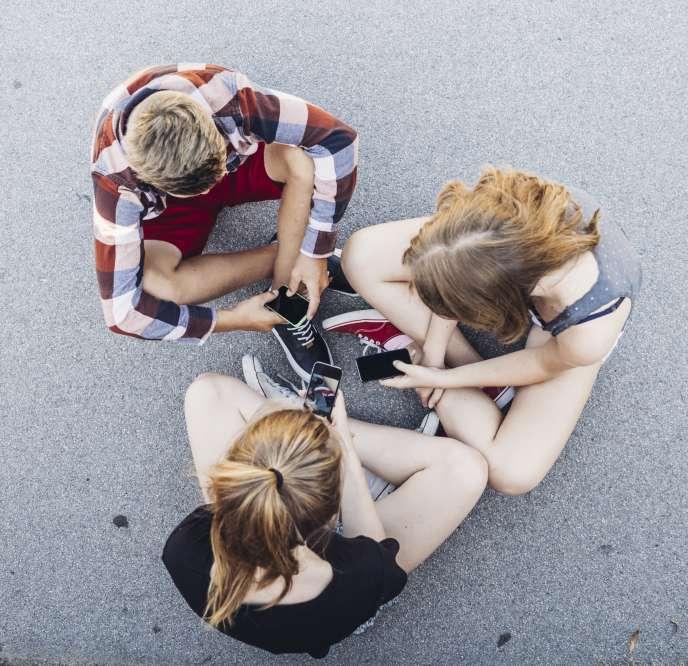 Une grande majorité de parents choisissent désormais d'équiper leur enfant de smartphone au moment de l'entrée au collège.
