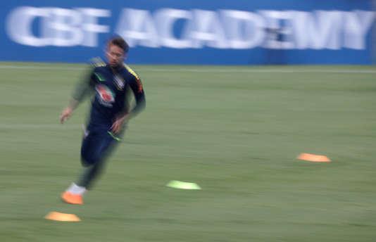 Neymar lors d'une séance d'entraînement de l'équipe nationale du Brésil à Teresopolis, au Brésil, le 23 mai. La chaîne pirate beoutQ s'apprête à diffuser les matchs de la Coupe du monde de football dans des pays du monde arabe, détournant les programmes de la chaîne qatarie beIn Sports.