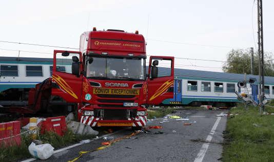 Le train régional 10027 Turin-Ivrea a heurté un poids lourd «qui, après avoir enfoncé les barrières d'un passage à niveau qui fonctionnait, s'est arrêté sur les rails », a déclaré la compagnie ferroviaire RFI.