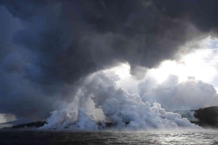 Des nuées de vapeur d'eau s'élèvent dans l'atmosphère à l'endroit où la lave entre encontact avec l'eau du Pacifique, près de Pahoa, le 20 mai.