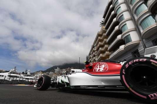 La Sauber #16 de Charles Leclerc, s'engage le long du port monégasque.