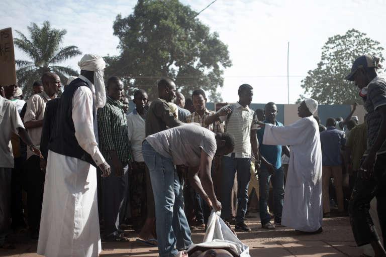 Les habitants du quartier PK5, principalement musulman, présentent les corps des victimes des affrontements du 10 avril lors d'une manifestation devant le siège de la Minusca, la mission de maintien de la paix de l'ONU en République centrafricaine, à Bangui, le 11 avril 2018.
