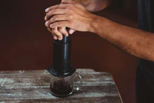 L'Aeropress supporte plein de variables possibles : le ratio eau-café, la taille de la mouture, la température de l'eau (de 80 à 100 °C)… Expérimentations infinies.