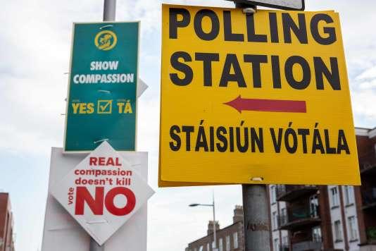 Affiches de campagne en faveur du« oui» et du « non», à Dublin, le 24 mai.