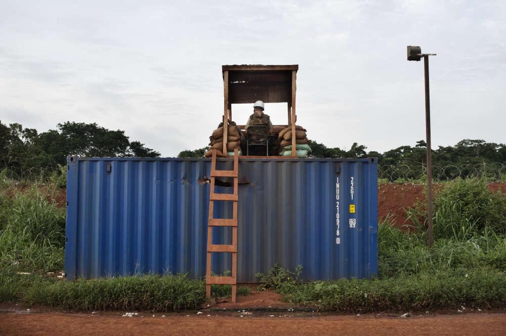 Bangassou, le 12avril. Dans l'enceinte du camp de la Mission multidimensionnelle intégrée des Nations unies pour la stabilisation en Centrafrique(Minusca), un soldat du bataillon marocain monte la garde.