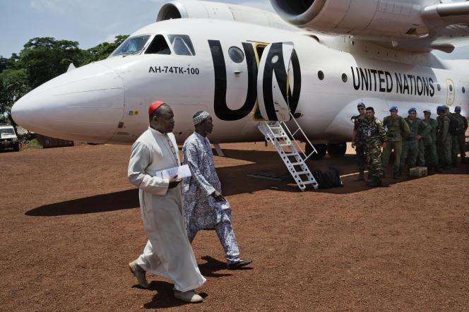 Mgr Nzapalainga (à gauche) et l'imam Kobine venus en mission de dialogue à Bangassou, quittent l'aeroport de la ville sous le regard du bataillon marocain.