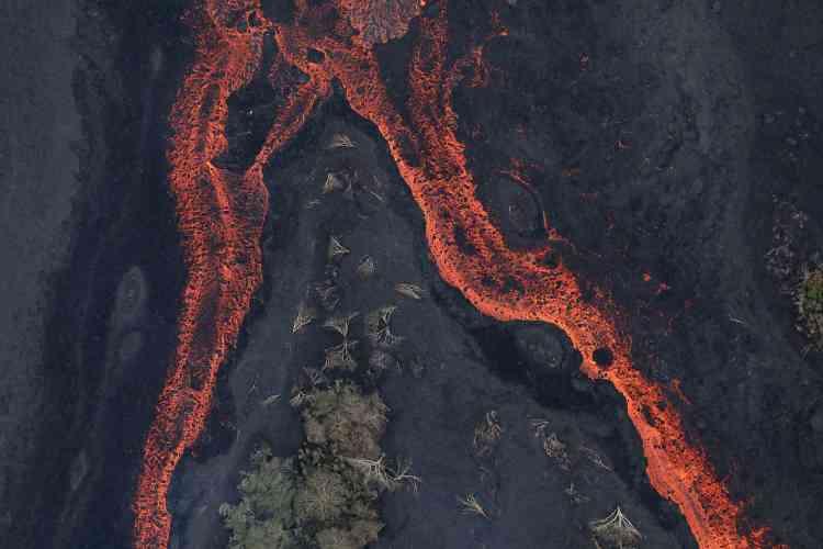 Au centre de la coulée, la lave fluide se divise en deux chenaux tandis qu'aux marges, elle se solidifie petit-à-petit en surface, près de Pahoa, le 21mai.