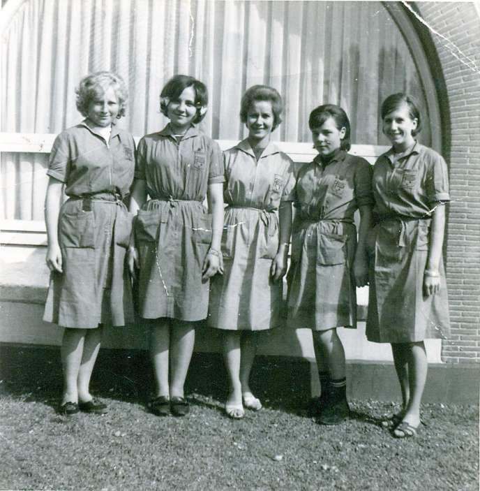 Christine Boucau (la deuxième en partant de la gauche), en 1964, alors qu'elle est apprentie à La Lainière de Roubaix. Elle a 14 ans.