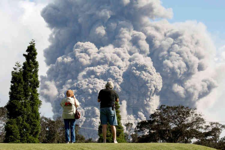 Situé à l'intérieur de la caldera du volcan Kilauea, le cratèreHalemaumau relâche des panaches de cendres, après une série d'explosions, le 19 mai.