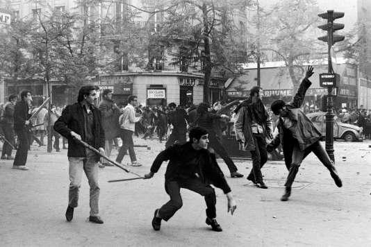 Des étudiants jettent des objets à la police, boulevard Saint-Germain à Paris, le 6 mai 1968. «Je suis rentré à Paris au printemps 68, après un long voyage en Asie du Sud-Est (la guerre du Vietnam faisait rage) et au Japon, où avaient eu lieu de grandes émeutes. J'ai photographié la plupart des manifestations à Paris. Pendant des semaines, mes vêtements étaient imbibés de l'odeur tenace des gaz lacrymogènes. Il y avait urgence de communiquer, de se parler, de tout remettre en question, c'était la rébellion d'une génération contre ce que la société lui préparait, contre tout ce qui venait d'en haut. Mai 68 fut aussi un luxe indispensable au moment du printemps de Prague, Prague alors écrasée par les chars du pacte de Varsovie.»