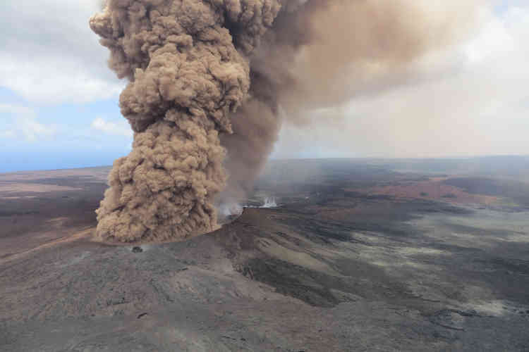 Début de l'éruption du Kilauea, après un tremblement de terre, le 4mai. Le volcan crache sous forme de panache des cendres brun rouge.