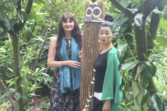 La conteuse Isabelle Genlis et la musicienne Fumie Hiharaau Théâtre de verdure du Jardin Shakespeare, dans le bois de Boulogne.