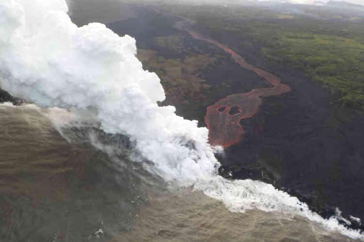 Le front entre la lave du Kilauea et l'océan Pacifique, vue du ciel, le 21 mai.