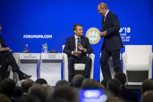 Vladimir Poutine et Emmanuel Macron participent au Forum économique international de Saint-Pétersbourg, en Russie, vendredi25 mai 2018.