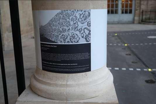 Détail de l'installation éphémère de LMDZ (Le Module De Zeer) dans la cour d'honneur du Palais-Royal, face aux colonnades de Daniel Buren.