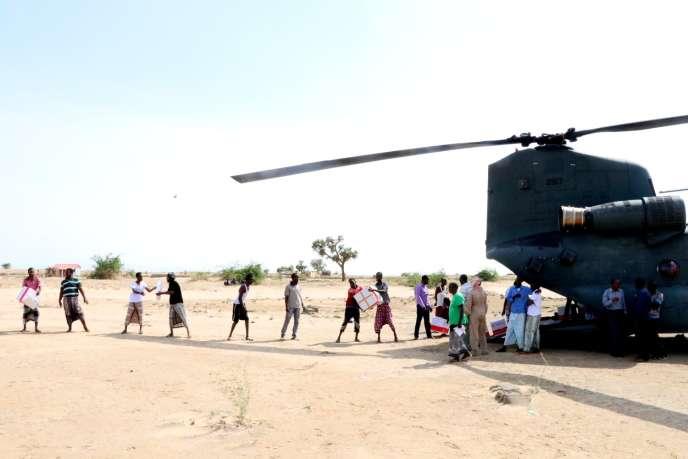 Distribution de l'aide transportée par hélicoptère au Somaliland, le 23 mai 2018, après le passage du cyclone Sagar.