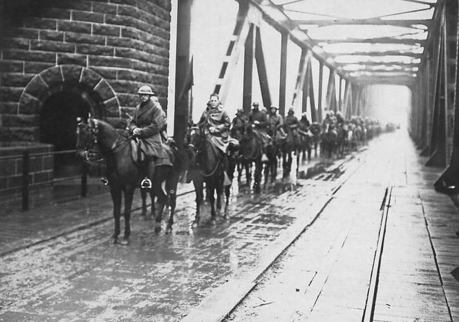 Des soldats à cheval pendant la première guerre mondiale, en Allemagne.