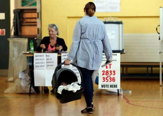 Dans un bureau de vote à Dublin.