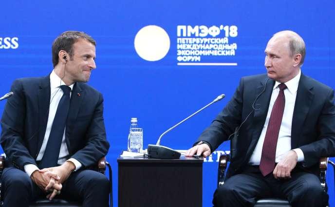 Les présidents français Emmanuel Macron et russe Vladimir Poutine, lors d'une séance plénière du Forum économique international de Saint-Pétersbourg, le 25 mai.
