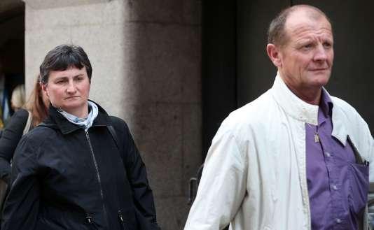 Les parents de Sophie Lionnet à la sortie du tribunal, à Londres, le 24 mai.
