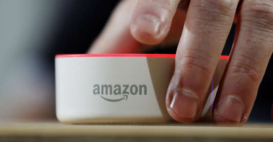 Echo Dot, la plus petite des enceintes connectées d'Amazon.