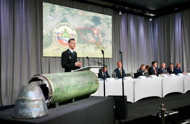 Wilbert Paulissen, directeur duNational Crime Squad, à côté d'un missile endommagé, alors qu'il présente les conclusions de l'équipe international d'experts missionnés sur le vol MH17, à Bunnik, aux Pays-Bas, le 24mai 2018.